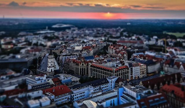 Becas MSc Full-Time HHL Leipzig - Estudiar en Alemania. Foto: Sonnenuntergang über der Altstadt Leipzigs by Heribert Pohl