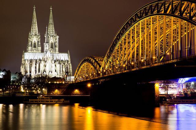 Catedral de colonia en Alemania con puente sobre el rio Rin