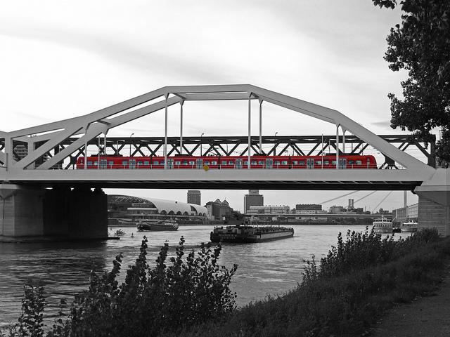 Puente Konrad-Adenauer sobre el rio Rin entre Mannheim und Ludwigshafen