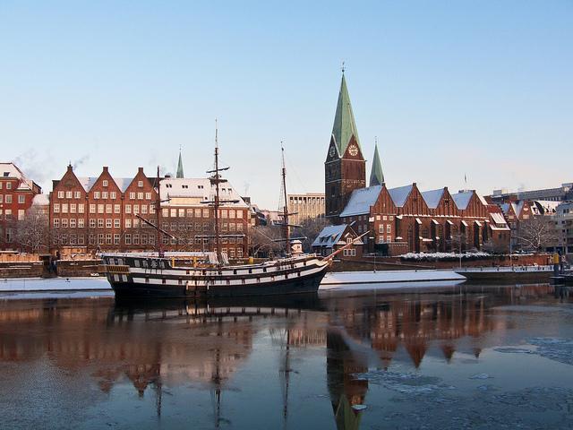 Bremen vista desde el río Weser en Alemania